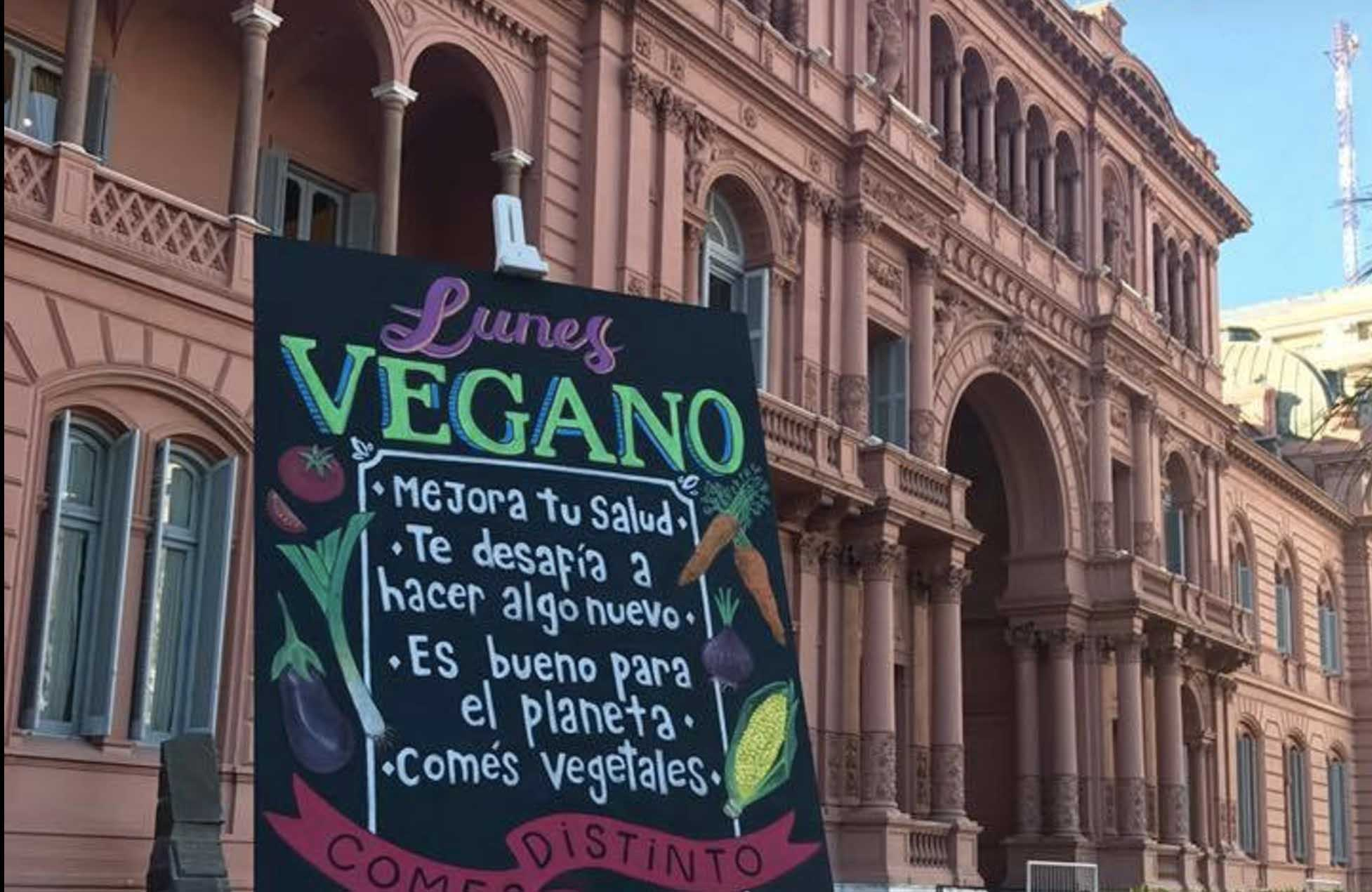"""A sign outside the Casa Rosada emphases the positive vegan message. It translates to: """"Improve your health. It challenges you to try something new. Eating vegetables is good for the planet."""